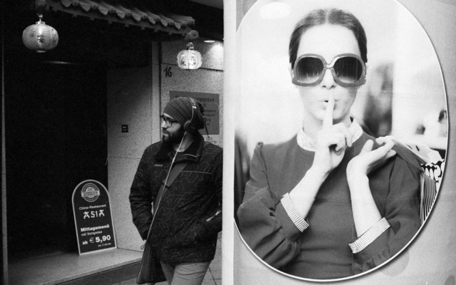 streetphotography streetfotografie streetlife nürnberg humor psst analog s/w